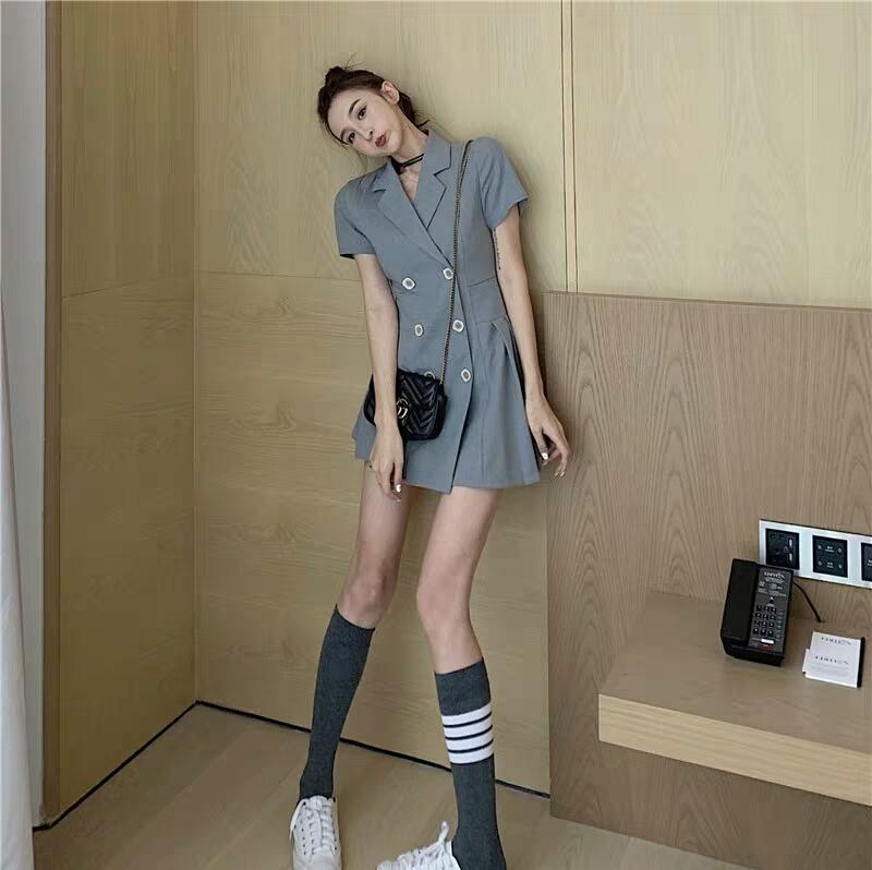 西装连衣裙是一种很多元的搭配,他可以搭配不同单品从而展现不同风格,职场精英可以,学院少女可以,休闲聚会可以,换双鞋子任你搭配,各种场合都能吼得住~#158小个子友好短上衣!#