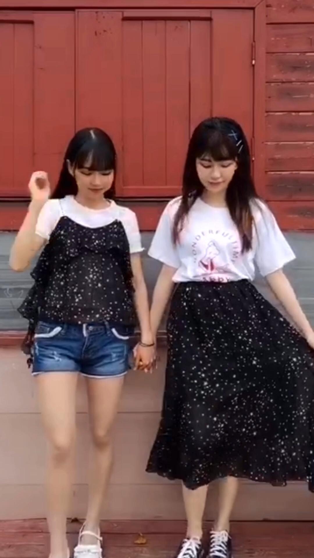 #158小个子友好短上衣!#小个子女孩子果然穿短上衣就能显高呢~谁能看出我旁边的她小小只呢~星空一样的飘逸裙子