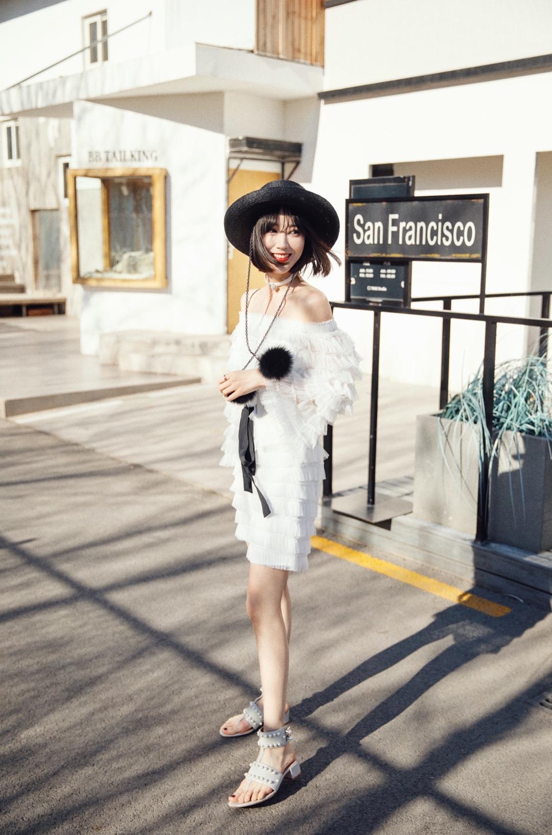 怎么穿又仙又性感又大方且显身材比例呢?可以选择小露香肩的一字领,露出好看的锁骨和肩部线条,脖子可以搭配配饰更精致哦~小个子的姑娘可以选择膝盖以上的短款连衣裙,加上收腰的高腰腰封,想不瘦不高都不行😌 帽子:SHINE LI Choker:SHINE LI 裙子:MOOD X MIURA 鞋子:Chin Chin #初夏设计师品牌上新#