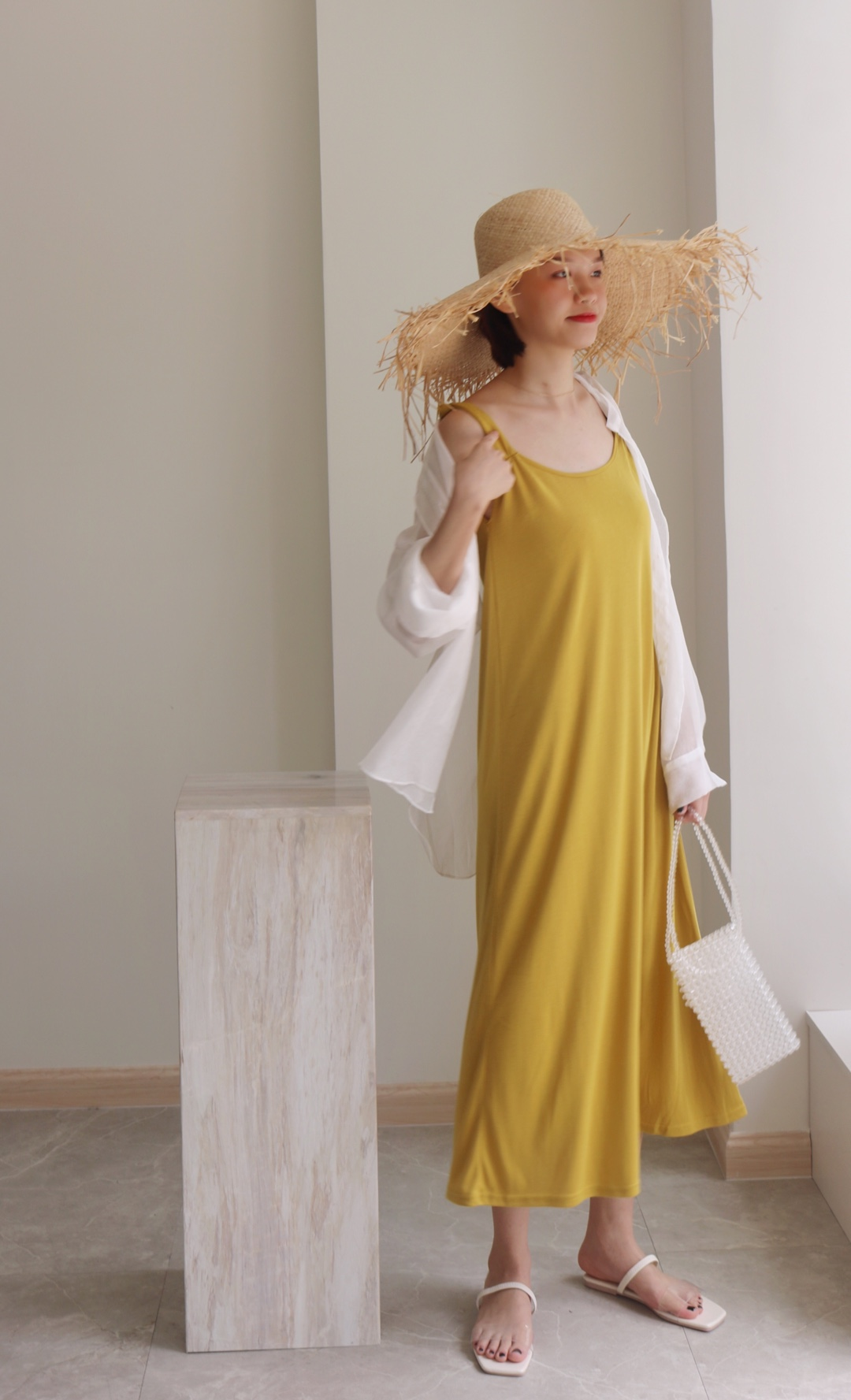 #夏天这样,穿防晒又美腻# 是显肤白显气色的黄 小黄裙又来啦💛 这一款的小设计在肩膀上 有个小结 透气的面料 搭配白色的防晒衫💮 草帽还是很代表夏天的 还有半拖 水晶包💠