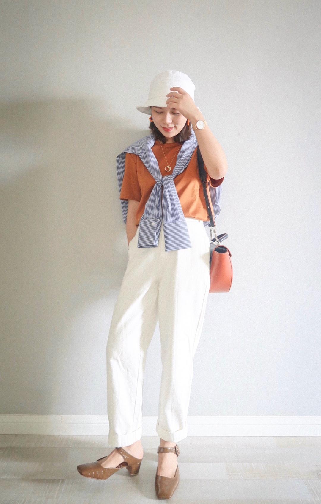 #夏天这样,穿防晒又美腻# 橘子味🍊的夏天 橘色T+白色牛仔裤 简简单单就很好看 夏天不忘记防晒哦 搭上一件衬衫,既可以装饰又能在关键时刻外穿防晒! 元气满满的一套