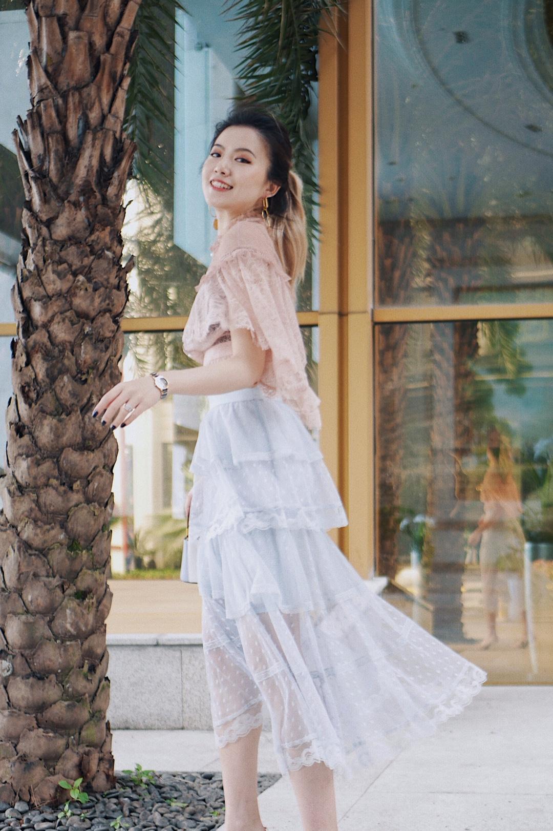 #2019年恋爱搭配图鉴# 今天是粉嫩的蕾丝女孩👧🏽 满屏的恋爱气息💓 蕾丝上衣的斗篷设计可以巧妙遮住自己的蝴蝶袖! 如果你的臀部不够饱满, 那么蛋糕裙可以起到掩饰的错乱效果~ 想要小女人一点就选择一双小高跟, 想要青春一些高帮的白色帆布鞋也是很好的选择哦~