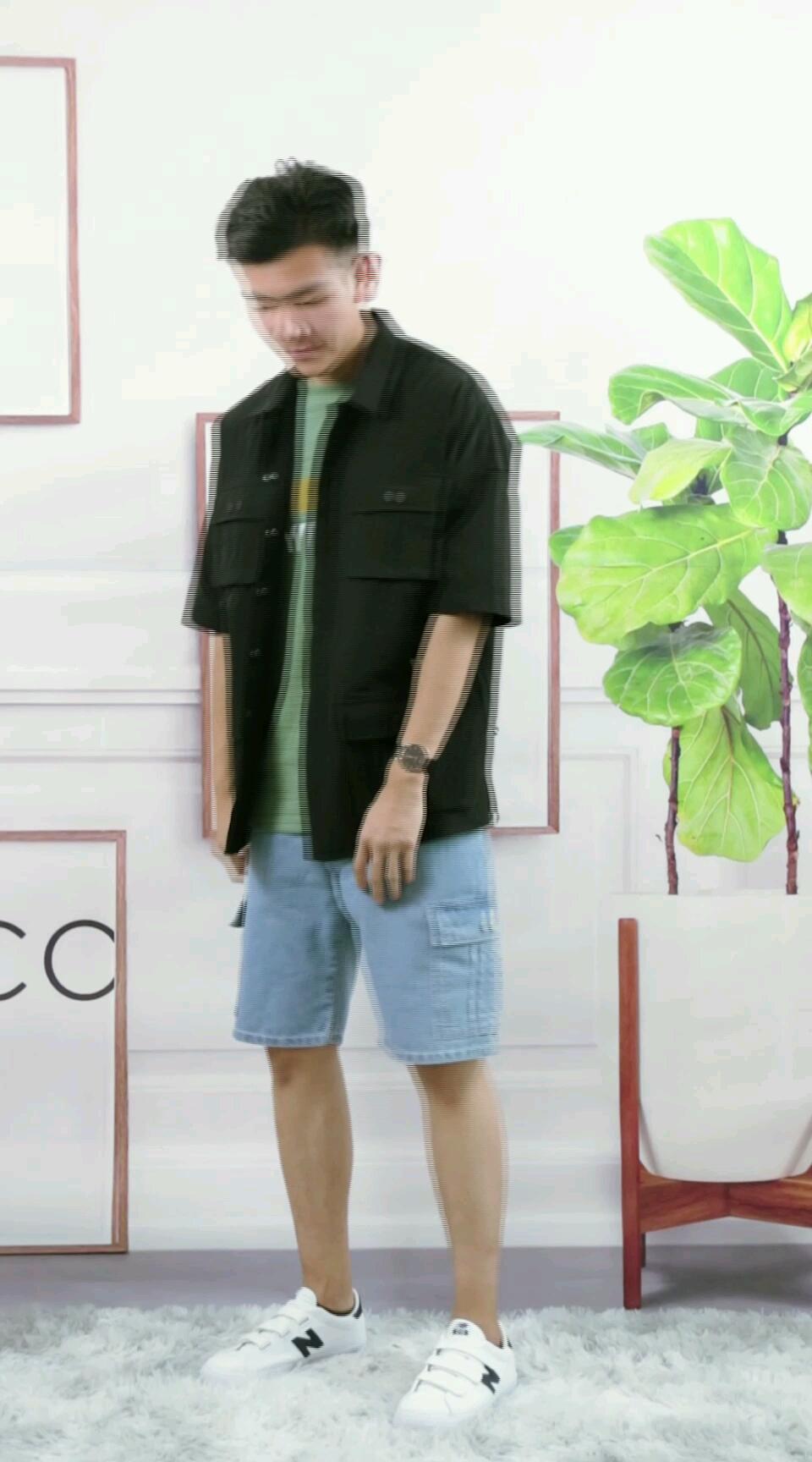 清爽的水洗牛仔裤是夏季型男的必备单品之一,特殊工艺的水洗,让布料更加的柔软透气,非常适合夏天。上身可以采用今年很流行的叠穿,选一件清新绿的T恤作为打底,再来一件工装风的衬衫,立马化身街潮boy!#30℃入夏的正确穿搭方式#