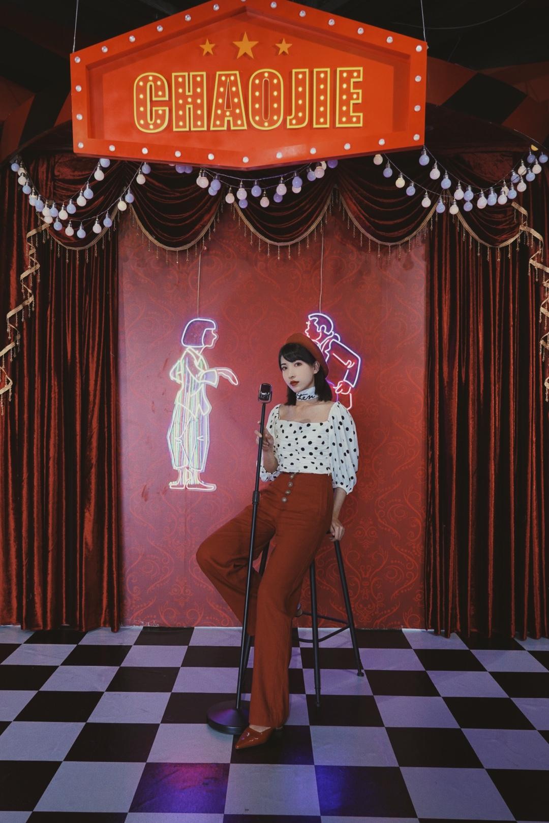 【Valerie's OOTD】Vol.228 一直以来都超爱复古风,尤其是在复古场景里,这种穿搭更是最合适的。 我这套穿搭上衣是波点短上衣,泡泡袖设计增添了几分甜美,腰身的褶皱设计很特别还很修身。下装搭配了一条酒红色高腰阔腿裤,这个颜色和波点超搭,高腰和短上衣更是显得身材比例超好。 再搭配一条字母丝巾以及一个橘色贝雷帽,一个复古女孩就诞生啦。 #全网女孩都爱复古甜美风?#