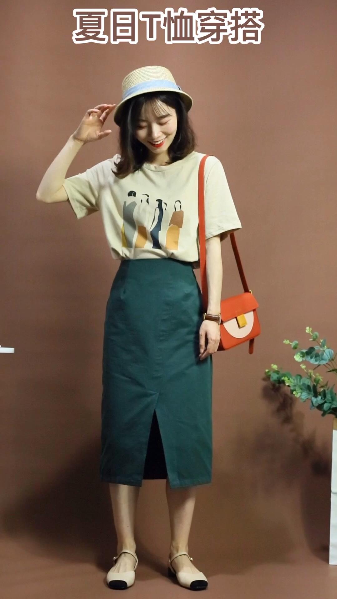 #今年的T恤怎么这么好看?!# 浅卡其色印花t夏天很好搭 胸前的图案也很特别 墨绿色开衩半身裙是棉布的材质 夏天穿很舒服