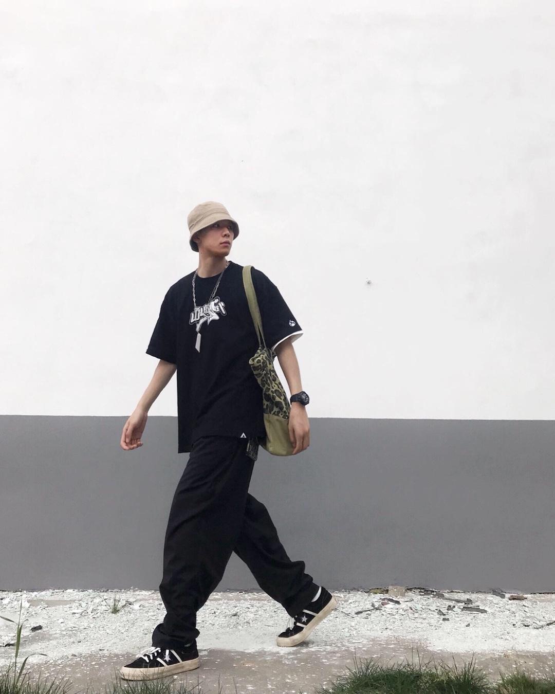 简单百搭的黑色短袖穿上瞬间街头感 搭配立体剪裁版型的宽松西裤 搭配匡威整体效果日系街头风 渔夫帽使整体搭配满满的加分#30℃入夏的正确穿搭方式#