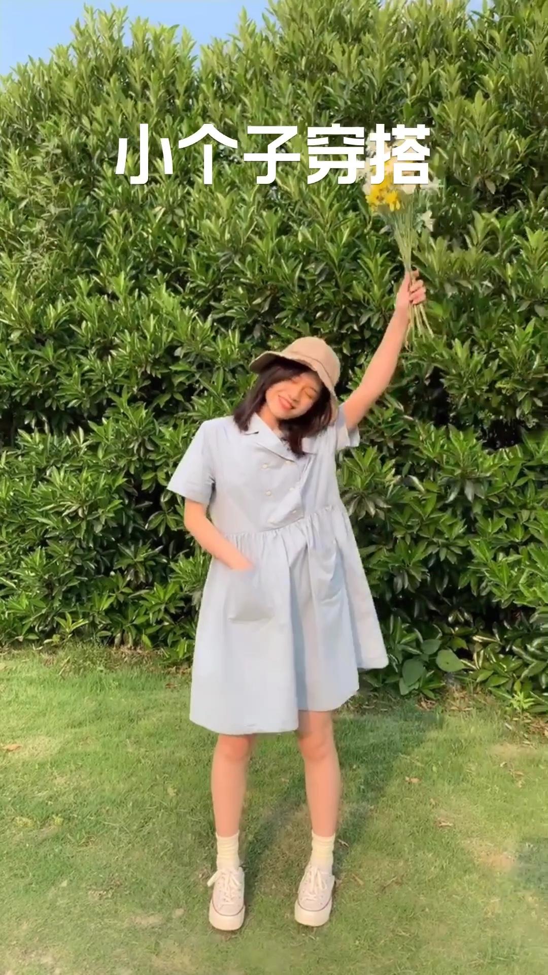 #我要穿裙几到80岁~#  夏天就是要穿各种可爱又好看的裙子呀 这条小裙裙💙真的太可爱啦! 腰线位置比一般裙子高一些 非常显腿长哦 带点A型的微宽松版型 设计了两个小口袋 插兜兜的感觉仿佛还是那个学生时代的自己!!哈哈哈 是清清爽爽的初恋小裙裙惹~ 肩膀手臂的位置也是比较宽松滴 遮住肉肉完全没问题呀 放心大胆地穿!
