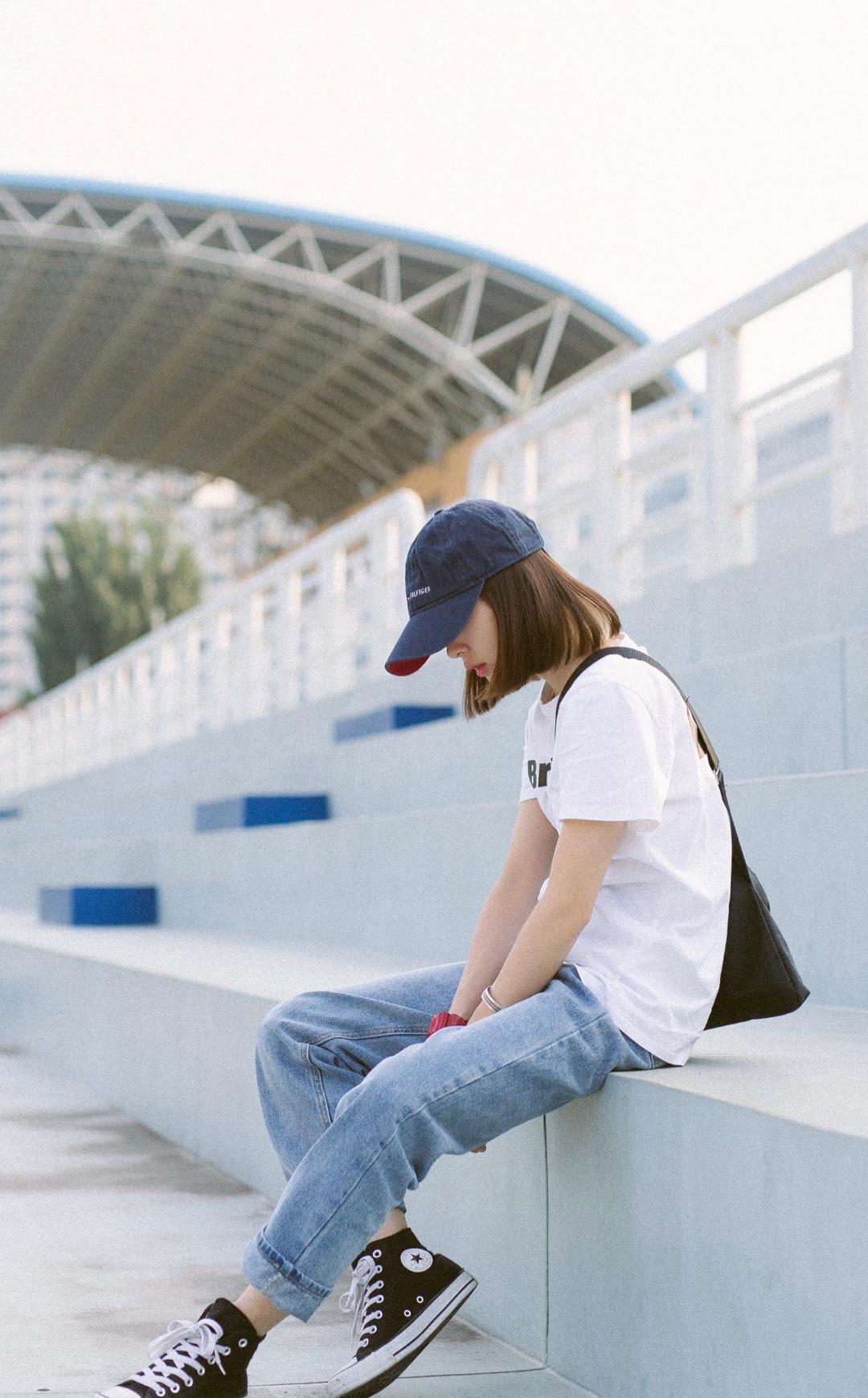 夏天清爽搭配,白体恤依然是最佳选择,牛仔裤可以挽起来穿,也可以全部放下做日系风格,帆布鞋舒适又好看,颜色比较浅的穿搭可以穿一双红色的布鞋呢,get起来吧#今年的T恤怎么这么好看?!#
