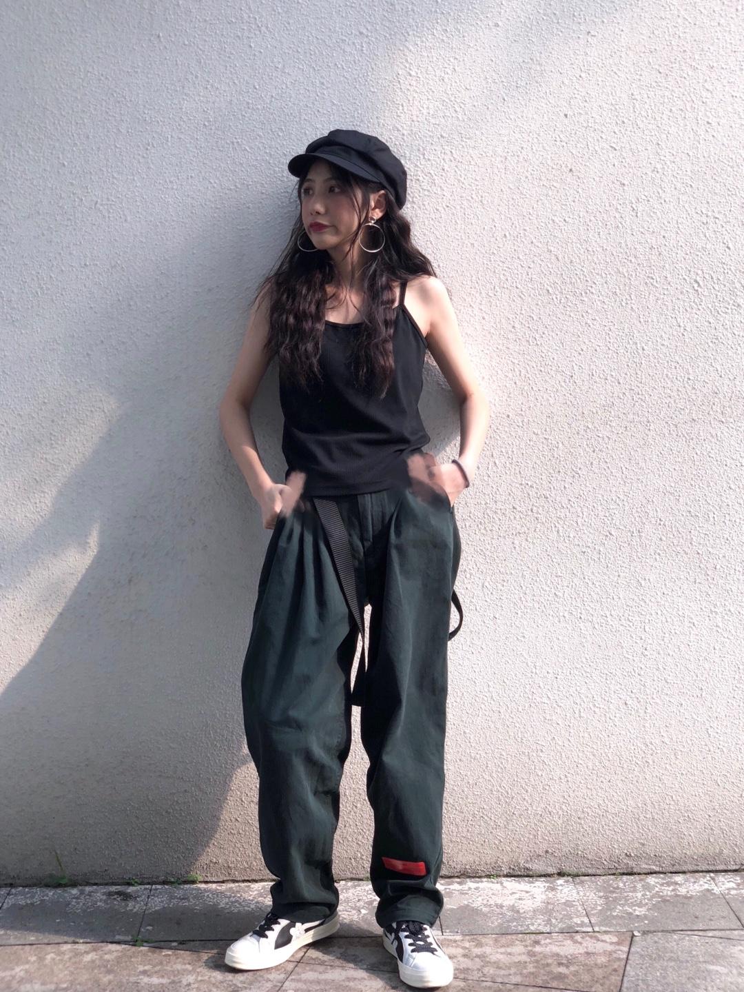 帽子:BROWN HAT 上衣:YVMIN 褲子:ROARINGWILD 鞋子:GOLF LE FLEUR x CONVERSE #懒人最爱:清爽出街超easy#