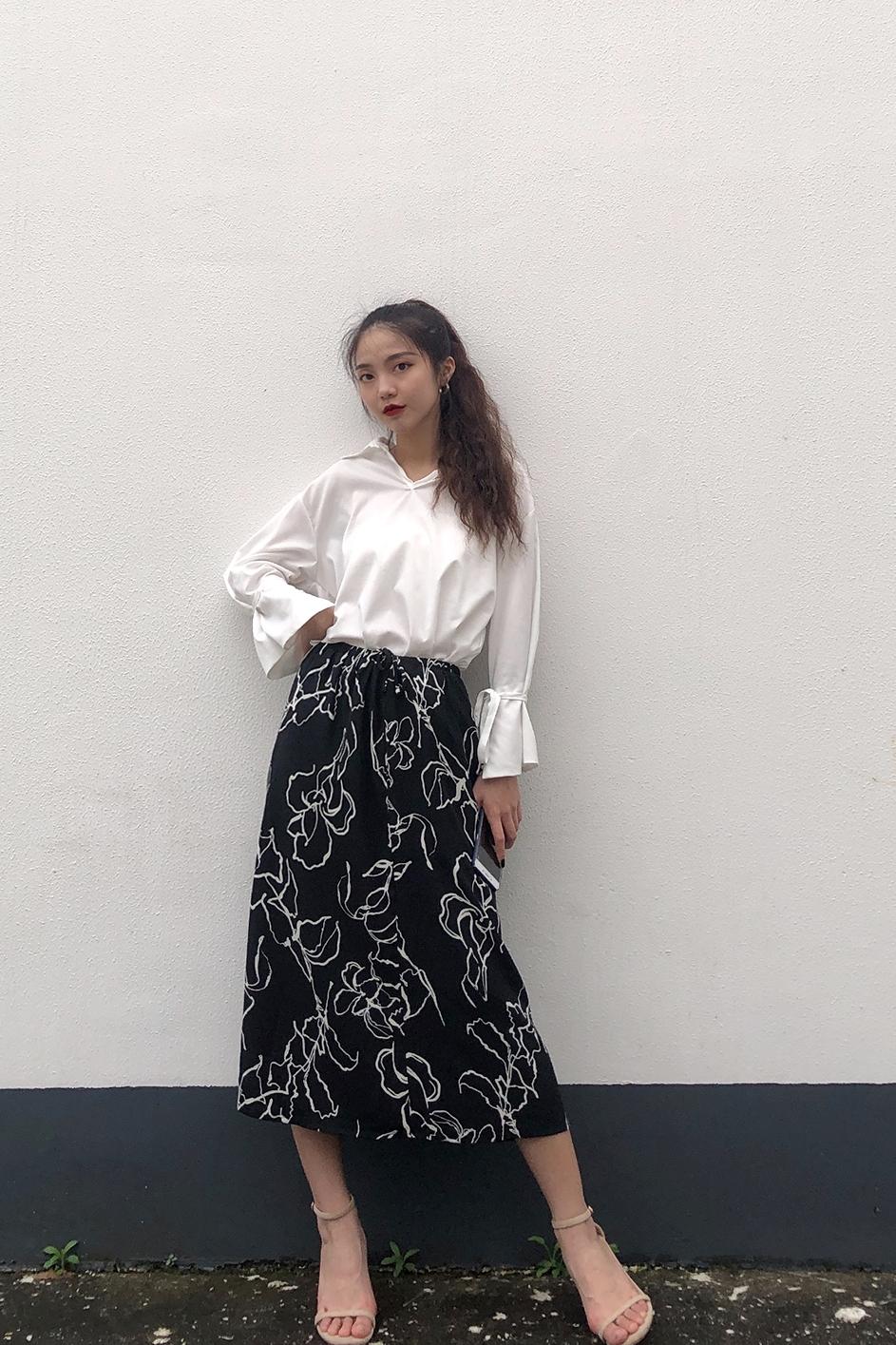 #浅浅夏日,绝美淡色系暴击# 黑色印花半身裙配一件简单的白衬衫,简单又好看,这个裙子的质感蛮好的,很有垂感,不容易起皱,夏天必备这么一件半身裙。