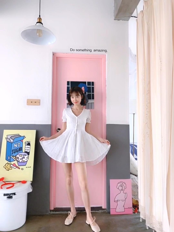 #我穿深V的样子,绝杀!# 这是一款v领的小白裙,清纯中有一丢丢的妩媚,收腰的设计会把腰显得很细很美,高腰就会显得腿很长,v领会从视觉上拉长脖子的比列哦,是一条小女人十足的裙子呀