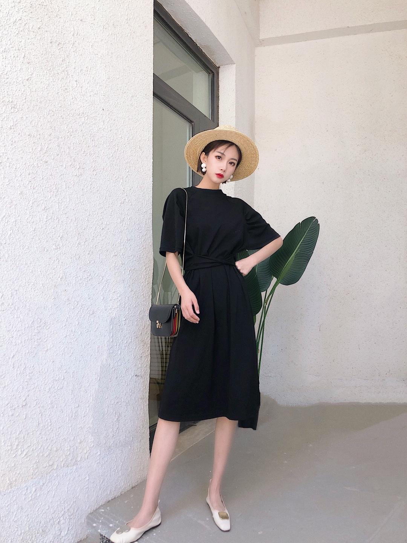 夏天来了,小草帽一定要撸起来哈哈哈 我是个容易晒黑的人,有了草帽放心很多了 平顶帽显气质,一条裙子搭配草帽,简单又不平庸#懒人最爱:清爽出街超easy#