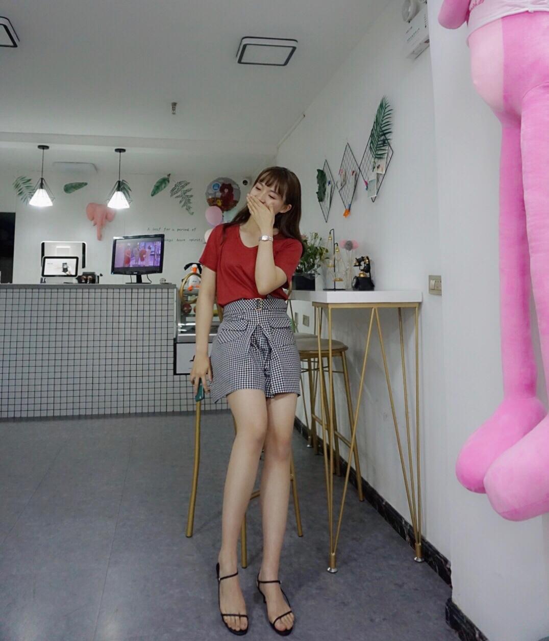 #520,男朋友希望你这么穿!# 夏季超实用穿搭✨  🌈许许个人信息:170cm 52kg ❤️红色T➕格子裤裙➕小跟仙女风凉鞋 红色非常的元气满满 布料也是非常的柔软穿着特别舒服  ❤️格子的裤裙也是非常有特色的 是阔腿并且中长款 中长款可以轻松将大腿遮住 很小心机  ❤️仙女风一字带凉鞋 交叉细带的会显得脚很瘦 修饰脚型 略带中跟 穿着也不会累 而且走路也稳稳的