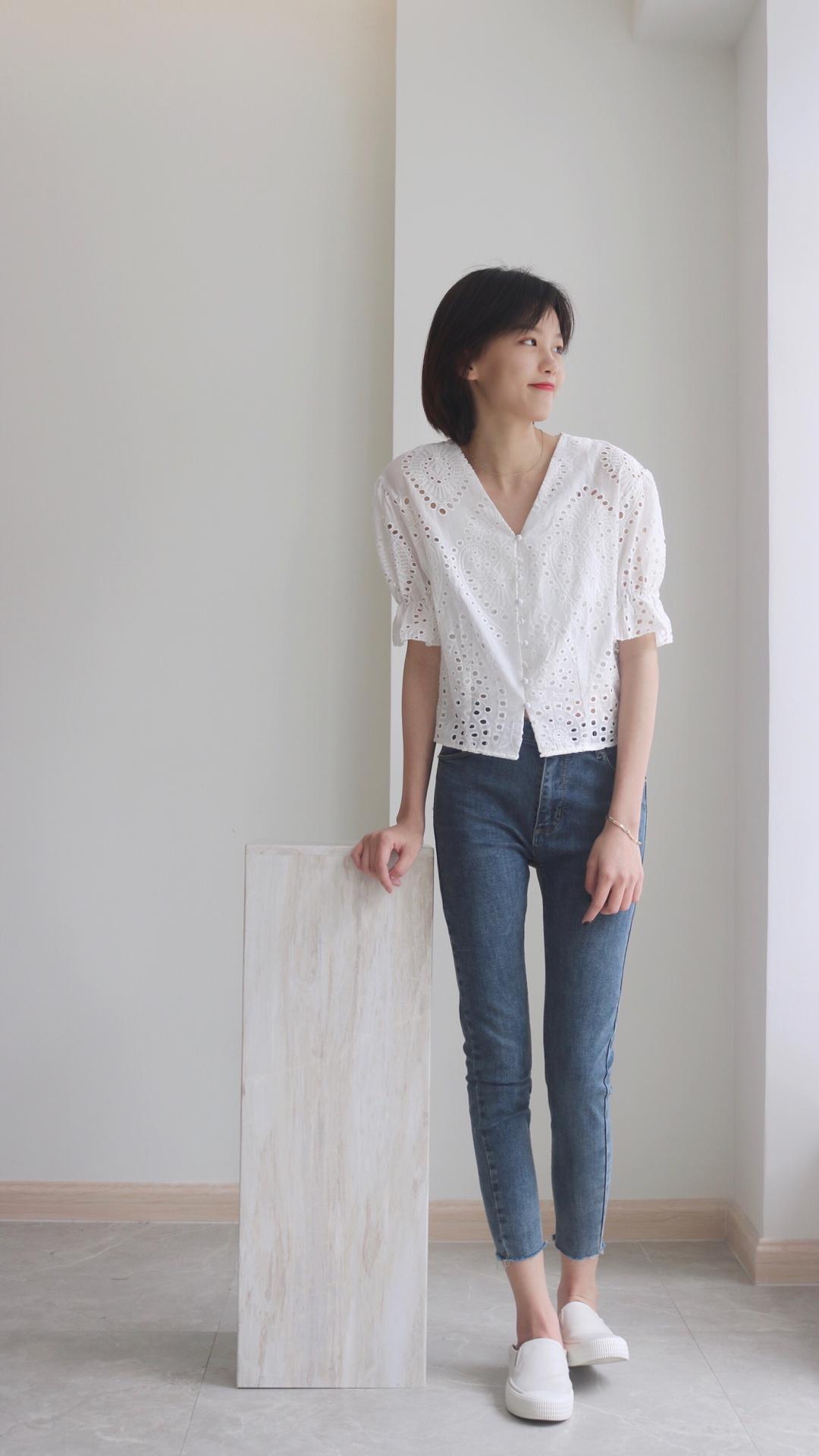 #520,男朋友希望你这么穿!# 这条牛仔裤是大码的 大码女孩穿紧身牛仔裤才撑得起来 显得人没那么干瘪又有点肉感 是很好看的👖 上衣就是男朋友最喜欢的白衬衫 加了一些小心思 勾花镂空刺绣设计 宽松V领又显脸小 十分洋气的约会上衣💕 ————————————— 话说你们都喜欢怎么穿小白鞋 我喜欢踩着穿