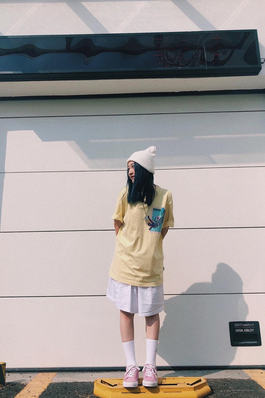 #Yona look# 变身邻家女孩的搭配 淡黄色的衣服相当显白  搭配白色的半身裙 简简单单 透露出单纯 干净的感觉 帽子和袜子同样选择白色 和裙子的颜色对应  鞋子颜色也没有那么艳丽 也没有那么普通 整体搭配给人很干净的感觉 这条裙子也是我比较喜欢的单品之一 性价比很高~ 单品信息: 上衣:Whosetrap 裙子:Chocoolate 袜子:Jordan 鞋子:Converse