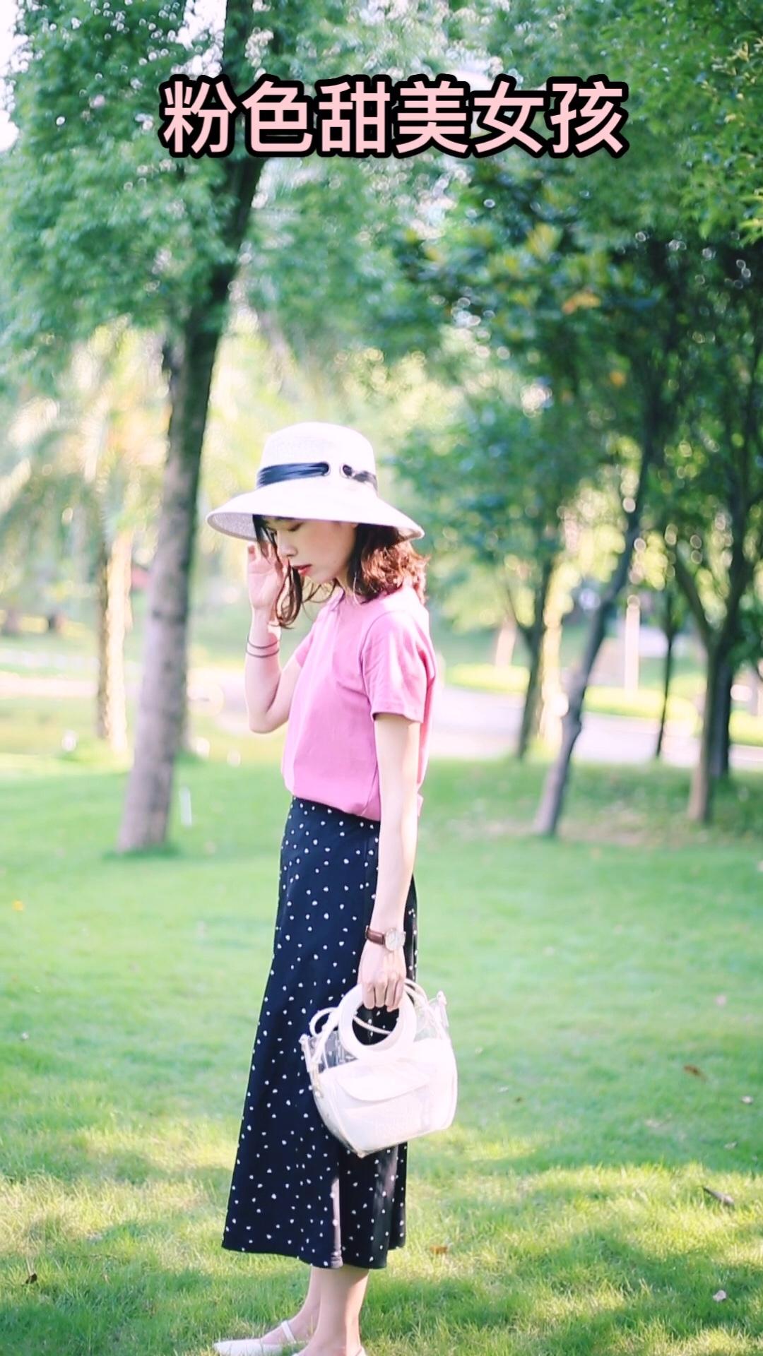 #今年的T恤怎么这么好看?!# 今年很喜欢的树莓色t 介于粉色与玫红色之间更加特别 也很显白 裙子是小爱心的图案比波点裙更加可爱啦 搭配奶奶鞋复古又可爱 白色透明包包很百搭 多种用途也很实用