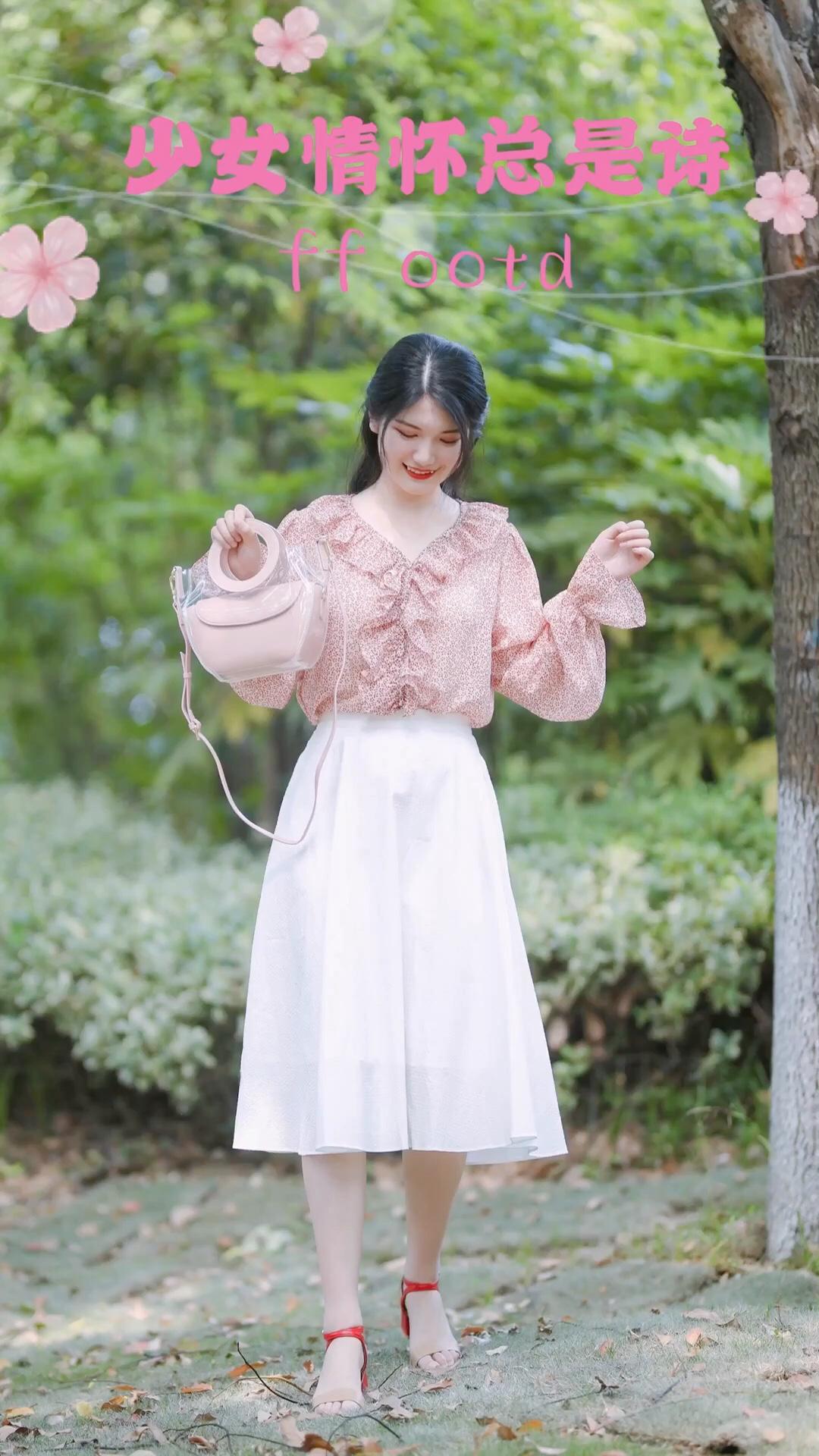 #520,男朋友希望你这么穿!#粉色碎花衬衫搭配白色A字大摆裙,遮肉显瘦又甜美!非常适合约会穿哦~包包选择了粉色的果冻包,很夏天~