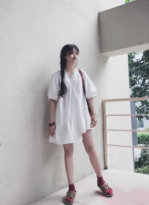 #大码女孩の夏季挑衣法则# 非常好穿的懒人裙子 不规则的下摆露出一边的腿,更加的显腿长, 白色看起来很干净,穿上很可爱,纯洁的感觉。 搭配红色的袜子,草编的鞋。 一身休闲又舒服的搭配,包包得颜色和袜子相同,同色系呼应。 泡泡袖的设计,不会显的胖,有宫廷的设计感。