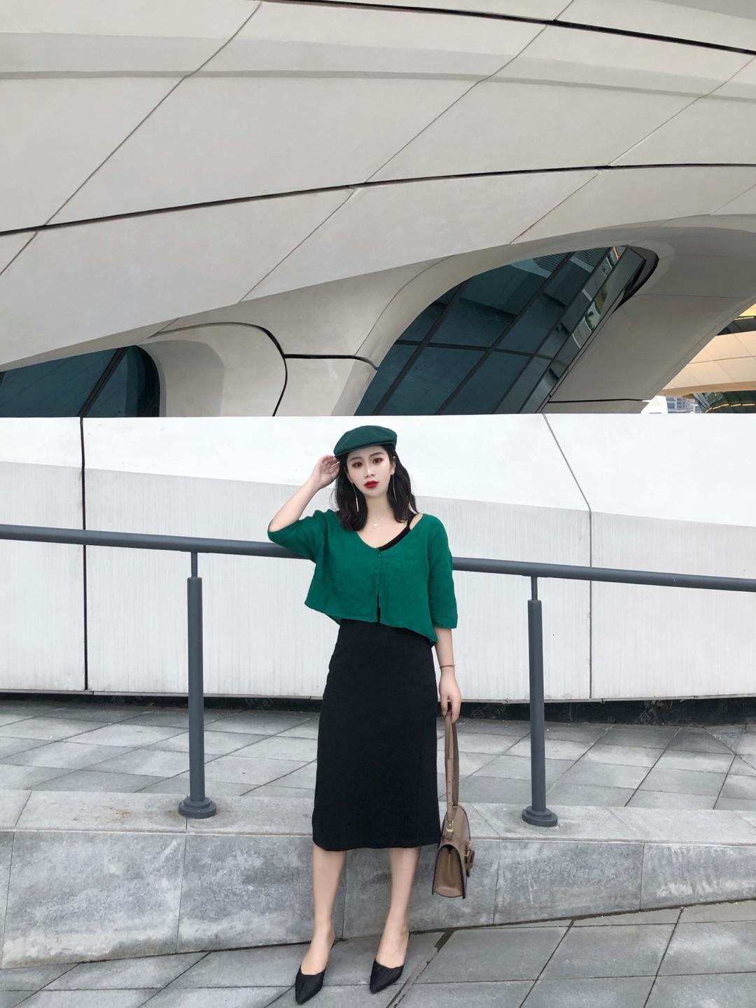 #假胯宽这样穿,腿长又瘦# 酱,今日是复古风 小外套是亚麻面料的 看起来稳重 墨绿色的颜色很美 里面搭配了一条吊带 和半身裙  搭配一双高跟鞋 超级有气质的呀 回头率也高