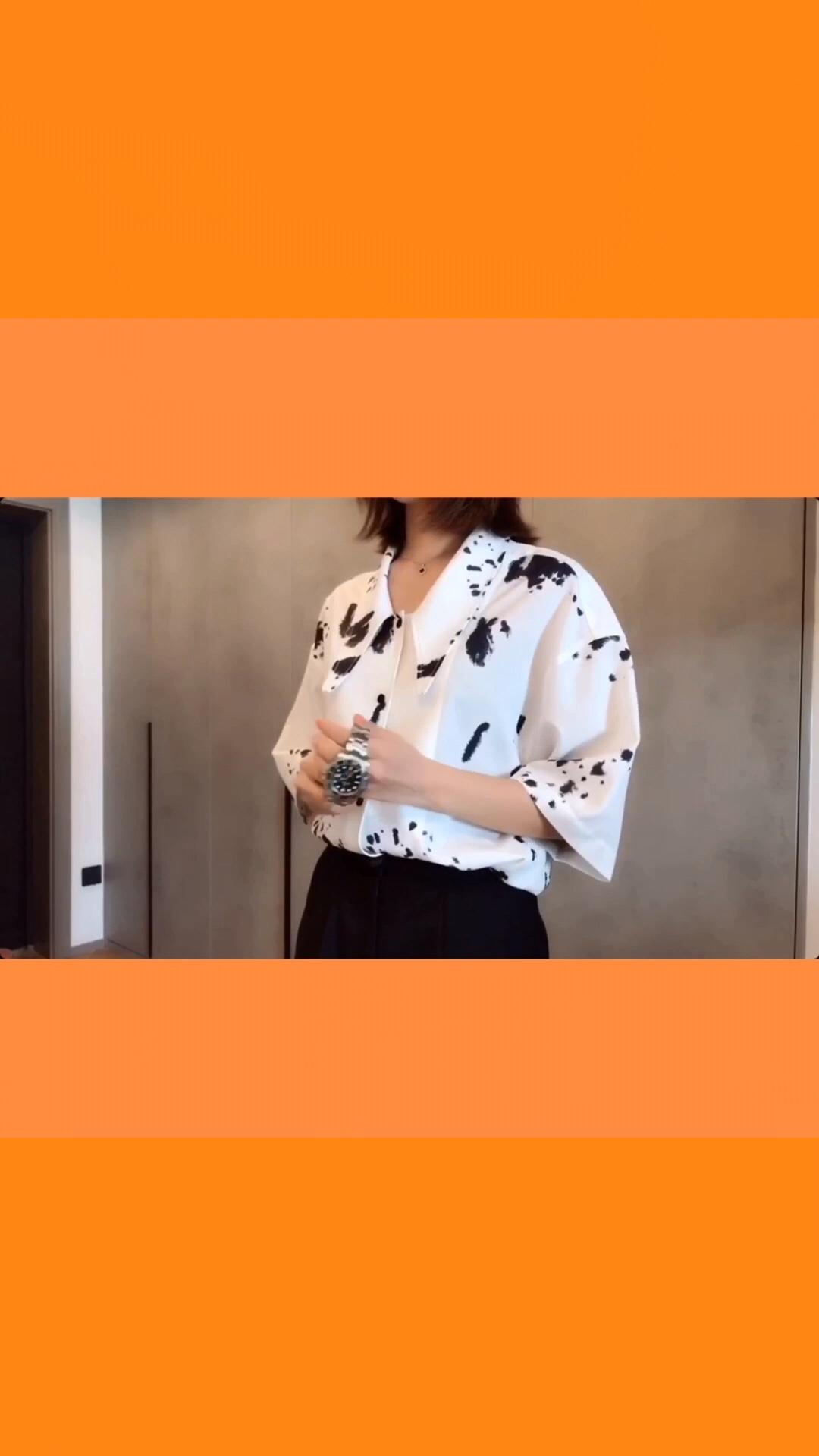 #vlog-当女生一个人在家...# 今天做一只富有的奶牛🐄头 穿上特别印花的奶牛衬衫,感觉整片农场都被自己承包了哈哈哈哈 还是一如既往我最爱的也是今年最流行的剪刀领 这个领型真的是特别又时髦了 不想当裙子穿就搭配一条五分裤,显瘦又时尚 我真的是爱了爱了