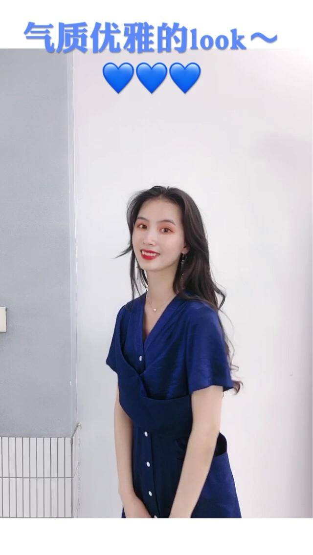 【气质优雅的look】  🌟裙子:veeco zhao 🌟包包:北山制包所 🌟鞋子:不不非非  🔸 蓝色的丝绒光泽的连衣裙特别显贵气和气质 搭配白色的包包 简约大方 特别喜欢这条连衣裙 细节的地方设计的很到位 #520,男朋友希望你这么穿!#