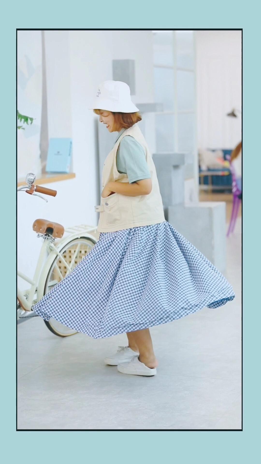 #A字裙XT恤,秒增10公分!#  ❤️半身裙裙摆很大, 可以说是穿上就想一直转圈圈! 蓝色格子也是很经典的元素, 也很好搭配衣服! 特别适合学生,很有乖乖女的感觉! ❤️绿色polo衫和蓝色格子裙真的很搭, 颜色上都很小清新! ❤️背心也是很重要的, 加一件马甲就会有些日系的感觉~