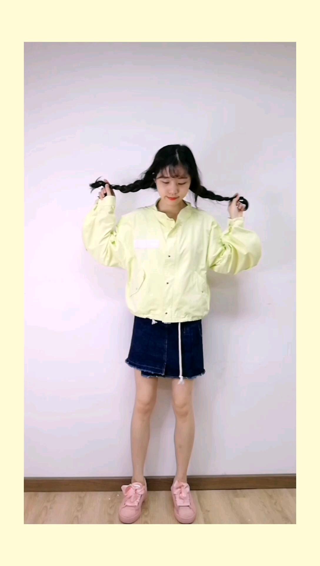 这件减龄外套值得入手~     性感小野马瞬间变小可爱,宽松超大蝙蝠袖,上身效果bf风,而且黄色青春活力,搭配牛仔休闲可爱~短款外套,里面简单搭个小吊带,再来个a字裙显腿长~#皮卡丘同款黄上身,萌神归你!#