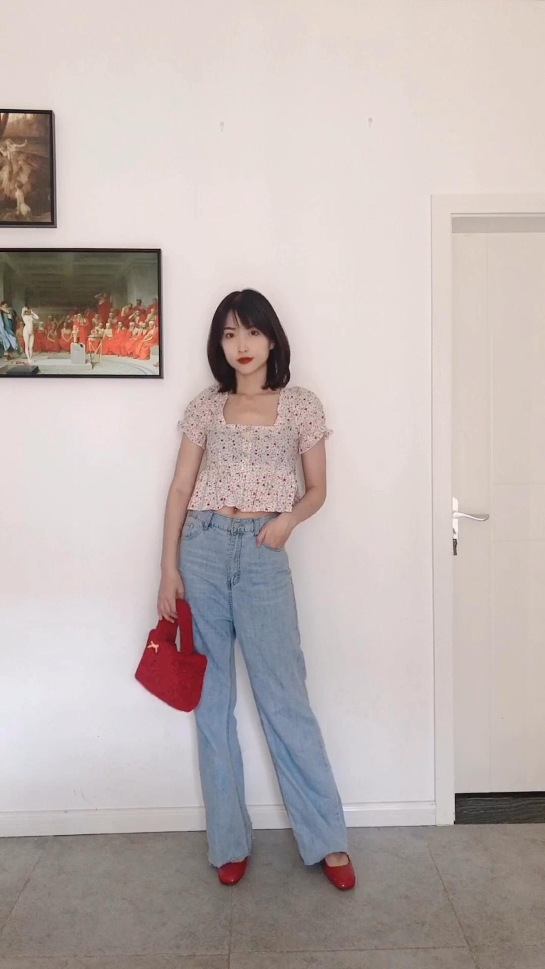 【Valerie's OOTD】Vol.246 今年各大品牌都出了超多碎花单品,不管是高奢还是高街都有。再加上泫雅今年大火,各种泫雅风的彩色花朵单品也爆火,我也跟风入了很多件,每一件都很好穿。 这一套穿搭是甜美减龄风,上衣是一件泡泡袖短上衣,粉色和红色的印花超可爱。下面搭配一条高腰牛仔阔腿裤,上短下长显高又显瘦。 拎上一个红色毛毛包,搭配红色粗跟单鞋,可爱又减龄。 #被泫雅同款性感美腻slay到#