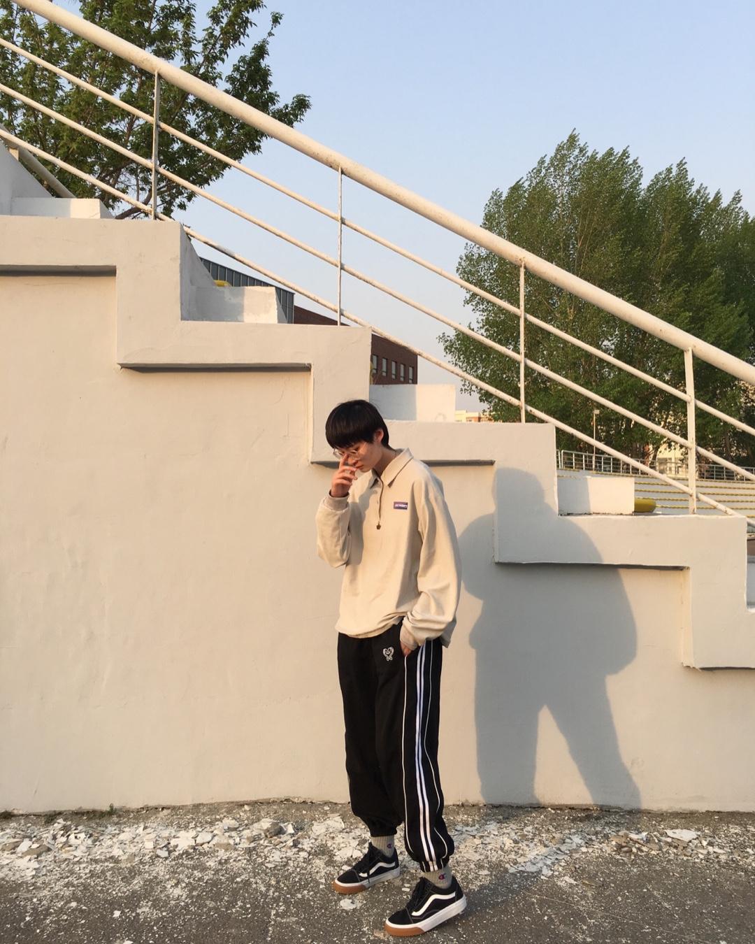 上衣👕灰色Polo衫 下身👖黑色运动裤 鞋子👟配同色系黑色经典款VANS 夏天来了 再不运动就晚了 校园运动穿搭又不失舒适好看#小粗腿干货!夏日漂酿请看我#