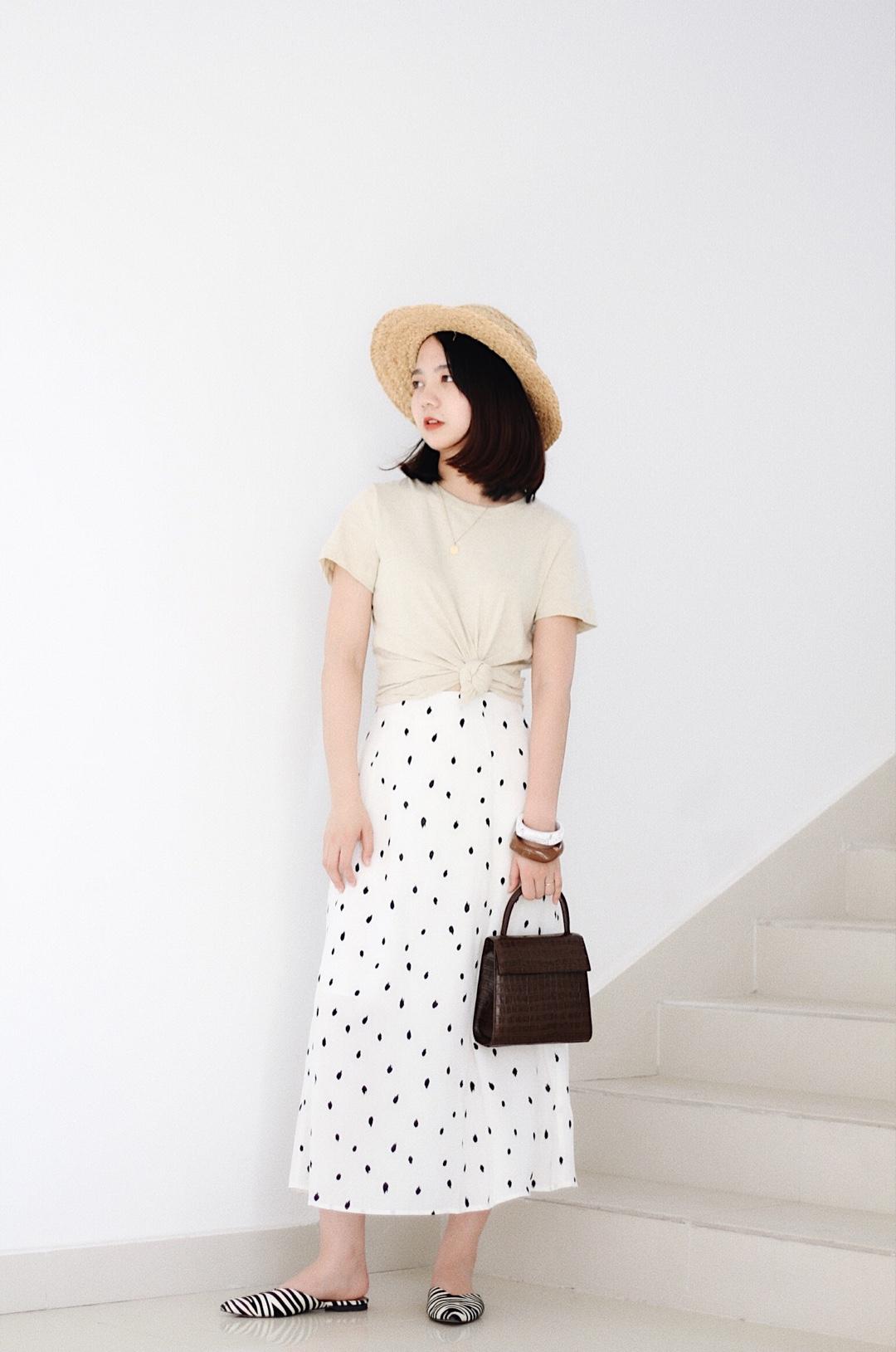 #穿这样,妈妈不担心你没人追!#米色t恤搭配点点半裙气质温柔,宽手镯和草帽为一套增添时髦轻松感,适合约会出游,这样穿就是气质小姐姐啦!