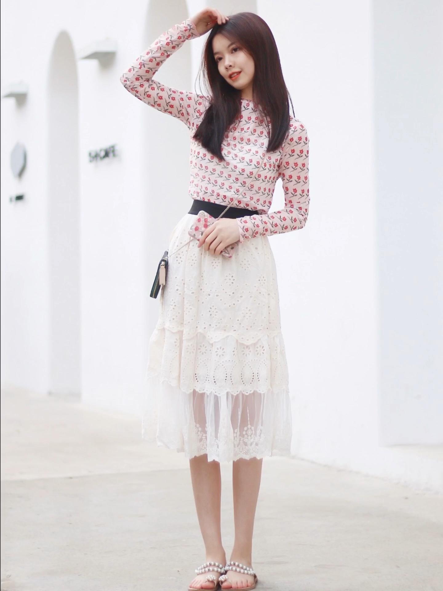 炫雅小碎花,今年大热打底衣 搭配素雅的蕾丝裙有视觉上的碰撞 珍珠鞋作为小点缀 #被炫雅同款性感美腻slay到#