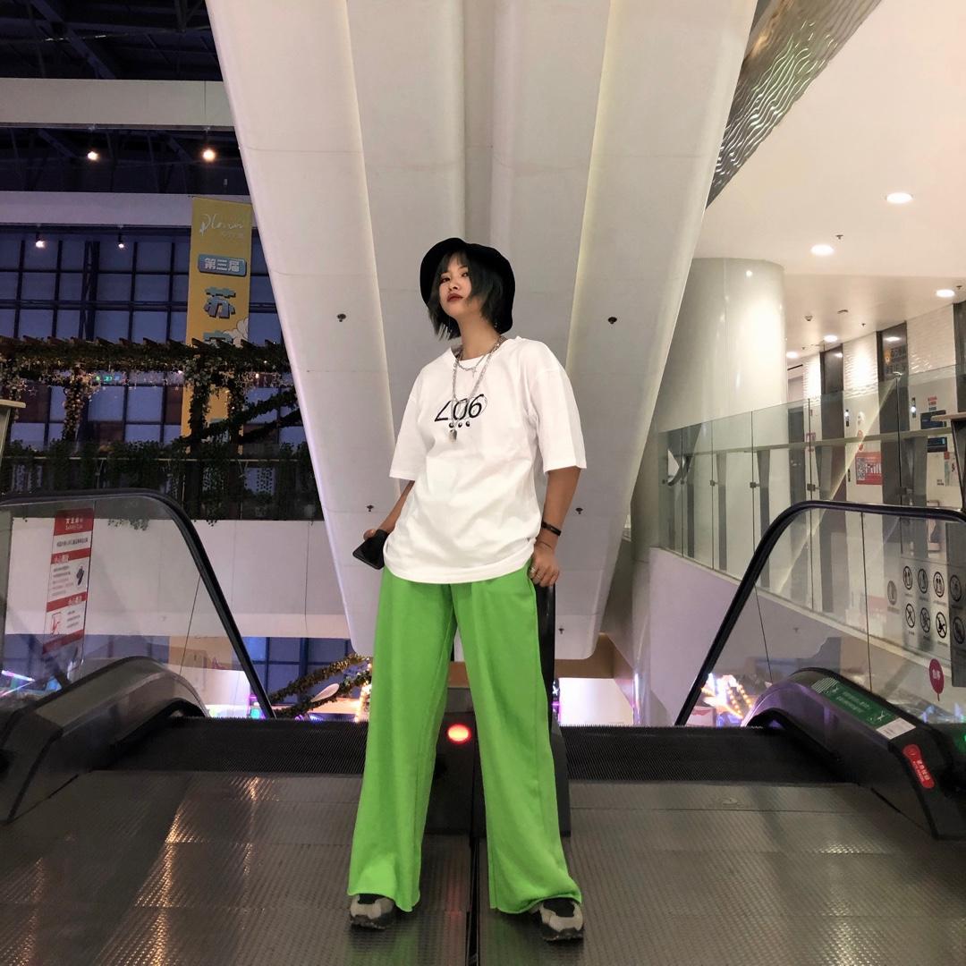 很少尝试这种风格的衣服 上衣就是个普通的T恤 裤子的颜色我也是爱了! 很酷炫的一套#被泫雅同款性感美腻slay到#