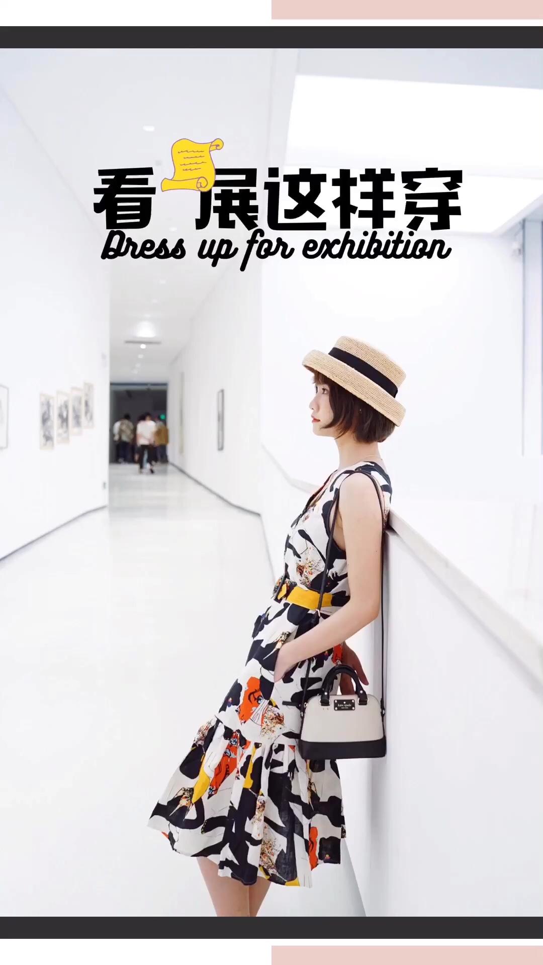 #你回眸的样子像极了爱情#穿上艺术家合作款的印花长裙去看画展,彩色印花和黑白画廊相映衬,适合和男友相约画展的你哦! 🛒单品信息: 裙子:gorman 包包:kate spade 帽子:Diddi 鞋子:simple rainbow
