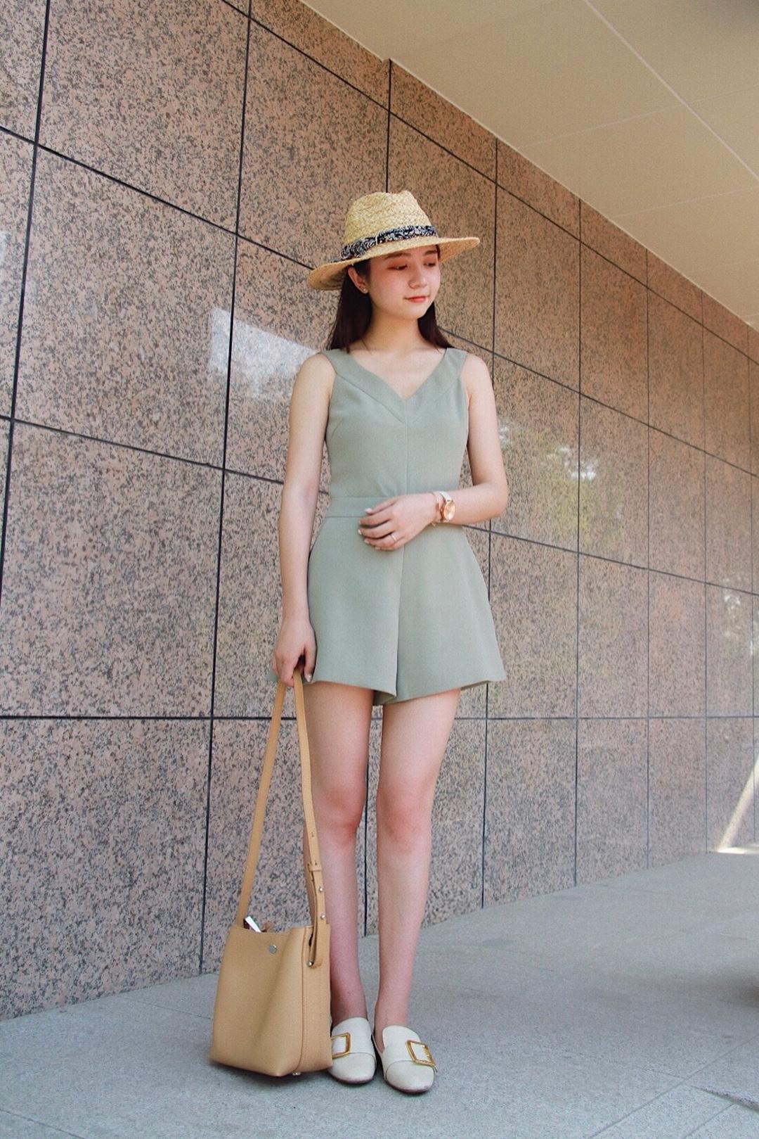 #夏日脱单?露就完事!#高腰的奶油绿连体裤我穿也可以拥有大长腿,肩带部分的设计可以很好的遮住副乳,搭配米白色乐福鞋气质休闲,整体色调干净清爽,约会就是这套了!