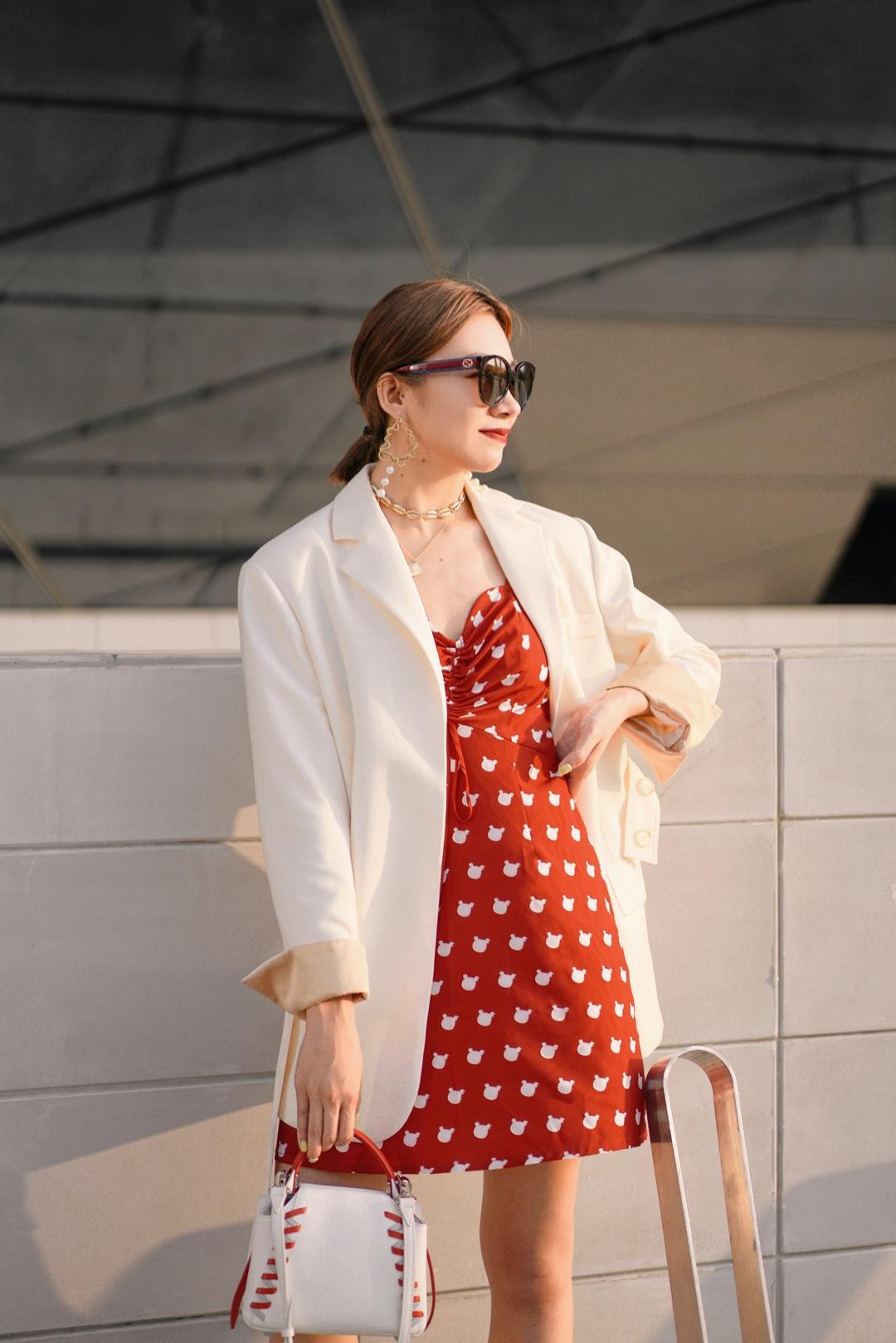夏天是属于红色的🍒🍒🍒  最近喜欢上红色的单品,衣柜里刚收了很多件,接下来慢慢给大家更新~  带有米奇图案的红色吊带连衣裙既可爱又俏皮,单穿会非常显腰身和腿长,搭配西装外套和经典黑墨镜增加酷感和时髦度,金属感的配饰则带有一丝都市感,让整个look显得不这么清新可爱。  连衣裙:POLLYANNAKEONG 包包:ZESH 高跟鞋:JEFFREY CAMPBELL 墨镜:GUCCI 配饰:OOK全球美饰 #自带桃花运的520脱单look#