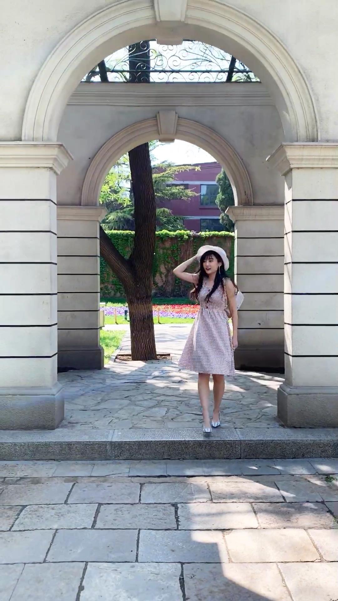 """#520,甜甜的恋爱要来了!#  🎐今日份活泼少女穿搭 视频里的我是个200斤的孩子~ 但回眸这百试不厌的pose依旧可以挽救~ 这条裙子是Dream Park系列第二波    """"梦""""不止是少女的隐形乐园,还是设计师的灵感缪斯。虚实交错的影像和五彩交融的颜色,让人陶醉、沉迷。"""