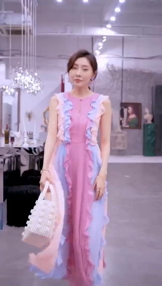 #显瘦什么的,请交给长裙搞定!#  夏天就是要有颜色,多种颜色拼接,特别和谐,炒鸡吸睛哒,搭配纯色高跟鞋,就可以轻松出门约会啦,520要到了,拉来一款🌈长裙吧😄