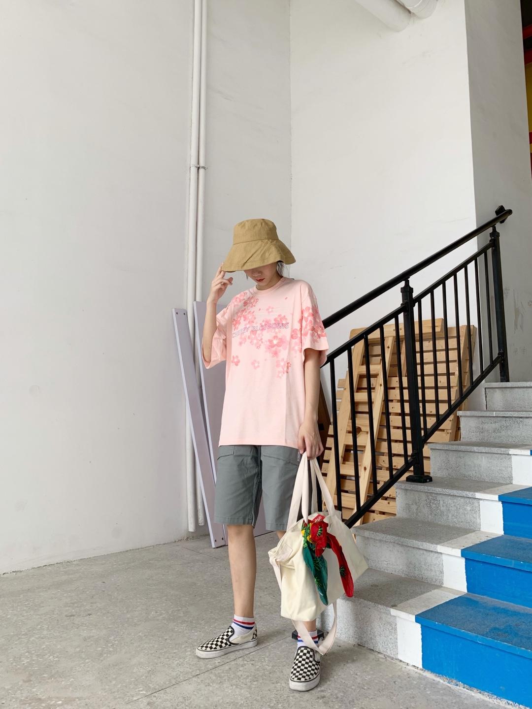 谁说粉色只能搭配小裙裙!一条中性的工装短裤也能让你吸睛满分,再加上百搭的滑板鞋,很别具一格哦#520,甜甜的恋爱要来了!#