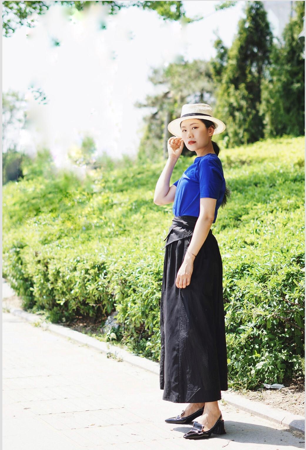 #懒?教你原地瘦10斤!# 想获得不费力的时髦感? 一件剪裁良好的t可以轻松打造周末休闲造型。 下半身穿带风的阔腿长裙裤, 很特别的版型, 让人过目难忘。