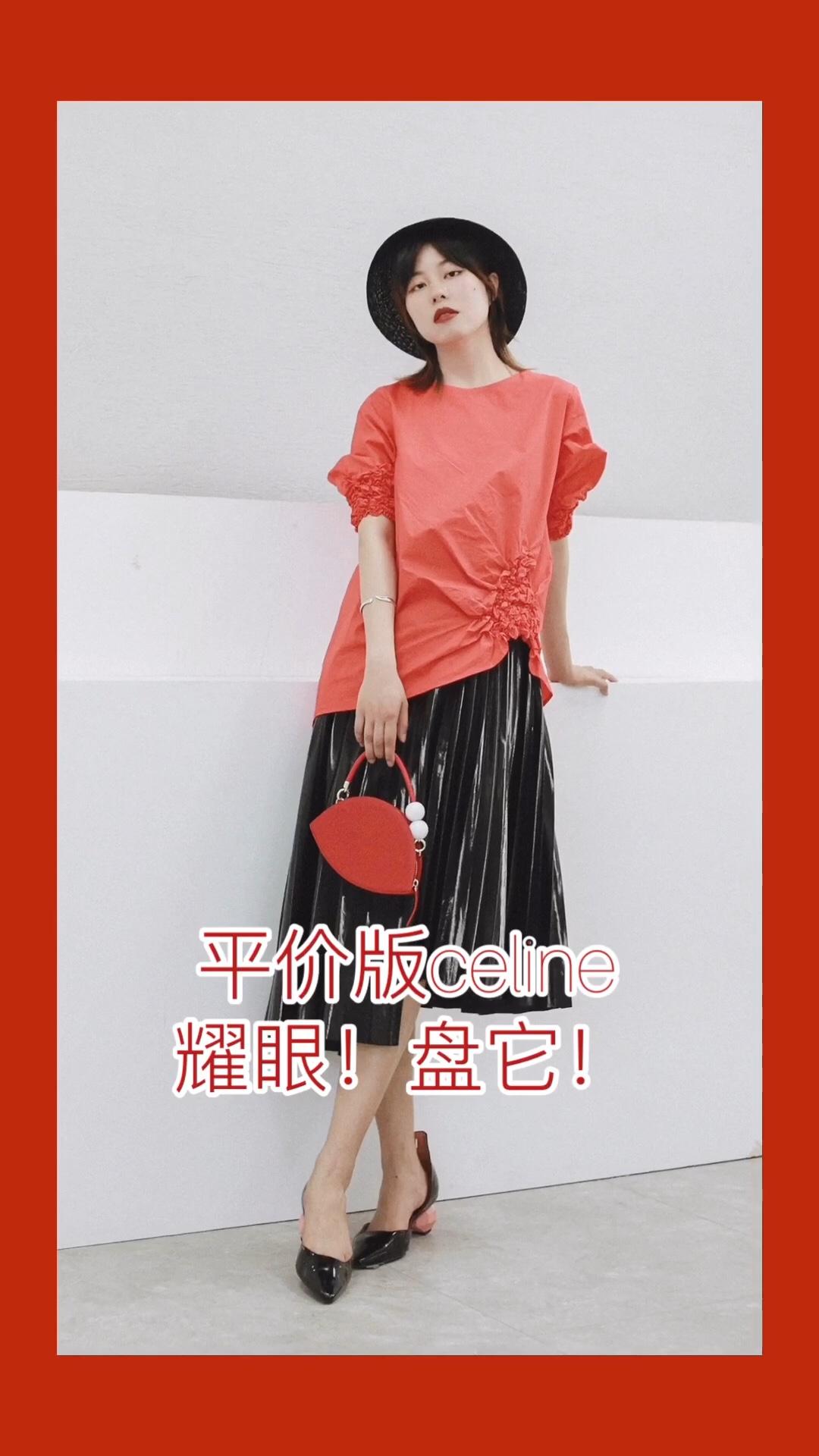 """一身红色很惹眼 繁花般的缩褶设计很有味道 松紧袖口略显个性 下摆的不平衡感打破常规 搭配黑色百褶不规则半裙 黑红的时尚cp感马上就有 作为点缀的红色小包包也很淑女  —— 上衣:cos 包包:kitayama  #想高级滴去度假?全靠""""平价Celine""""#"""