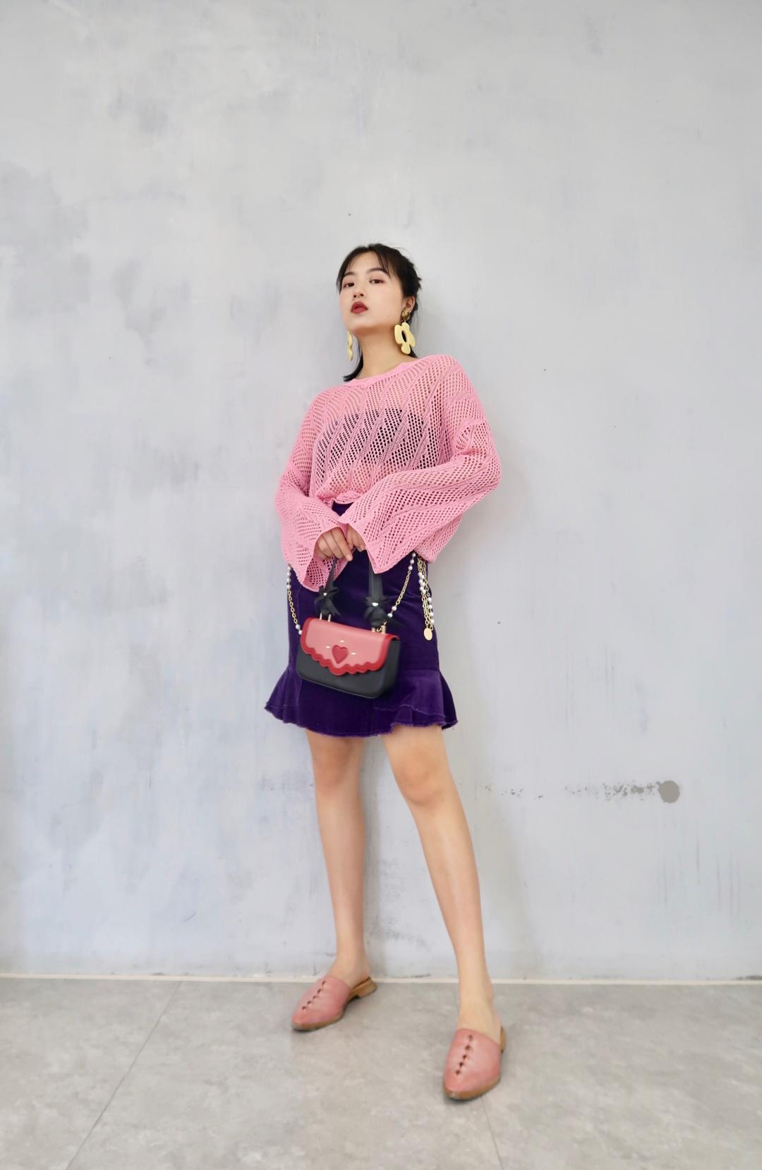 #全网女孩都爱的夏日套装,我可以!# 粉色网面长袖也太清爽了 渔网超爱 高腰半身裙哪个矮个子女生不爱呢 超级显腿长 分分钟拉高比例 紫色搭配粉色  绝对是绝配~ 夏日套装 我pick这套