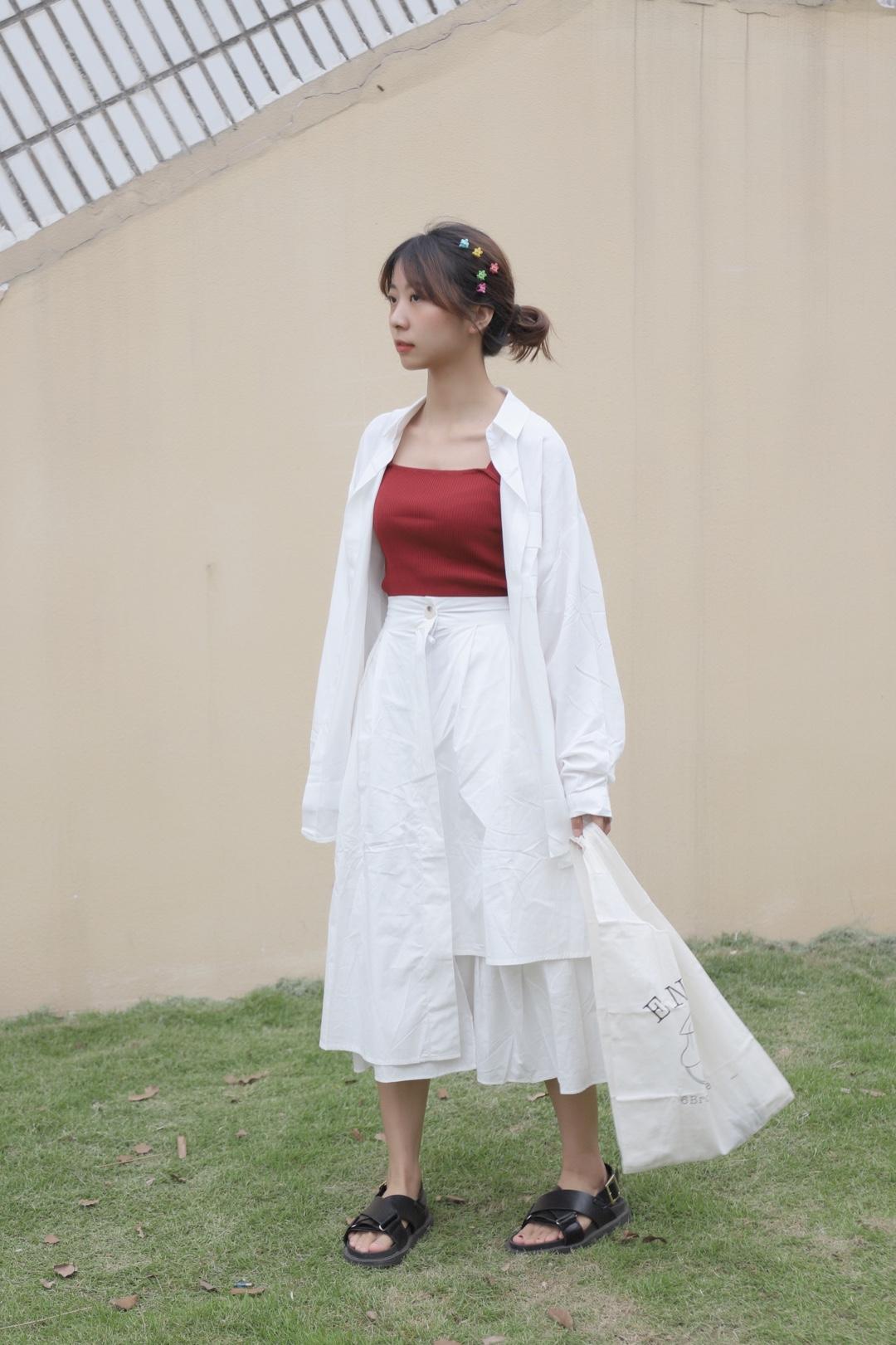 #520,甜甜的恋爱要来了!#  Hello大家好,这里是大鱼穿搭测评第935期,这一期和大家分享的是半身裙穿搭。  .「身高163cm.  体重43kg」,给大家参考下。  🌻白色衬衣是棉质的,比较薄可以当防晒衫穿,内搭是一件红色针织背心,不会透,比较结实,红色也显白。 半身裙真的很百搭,大家可以看看前几期的分享哦,有里衬也不会透,棉麻材质。  ✌️喜欢记得给我点赞留言哦!!
