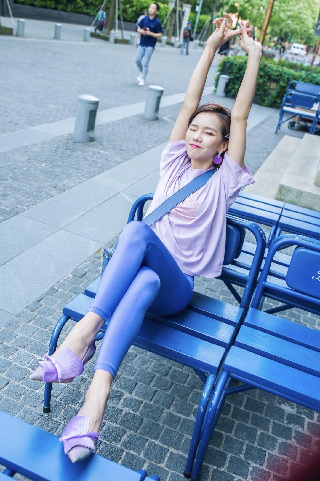 初夏如何穿的像少女去约会?  oversize的马卡龙紫T恤,搭配同色系的糖果蓝,少女感十足!减龄必备色~尖头鞋在视觉上拉长腿部线条,短高根设计即便是出去逛街穿也完全没问题,真的是颜值和舒适度并存啦  T恤:monki 斜挎包:zesh 猫跟鞋:lost in echo #穿搭#