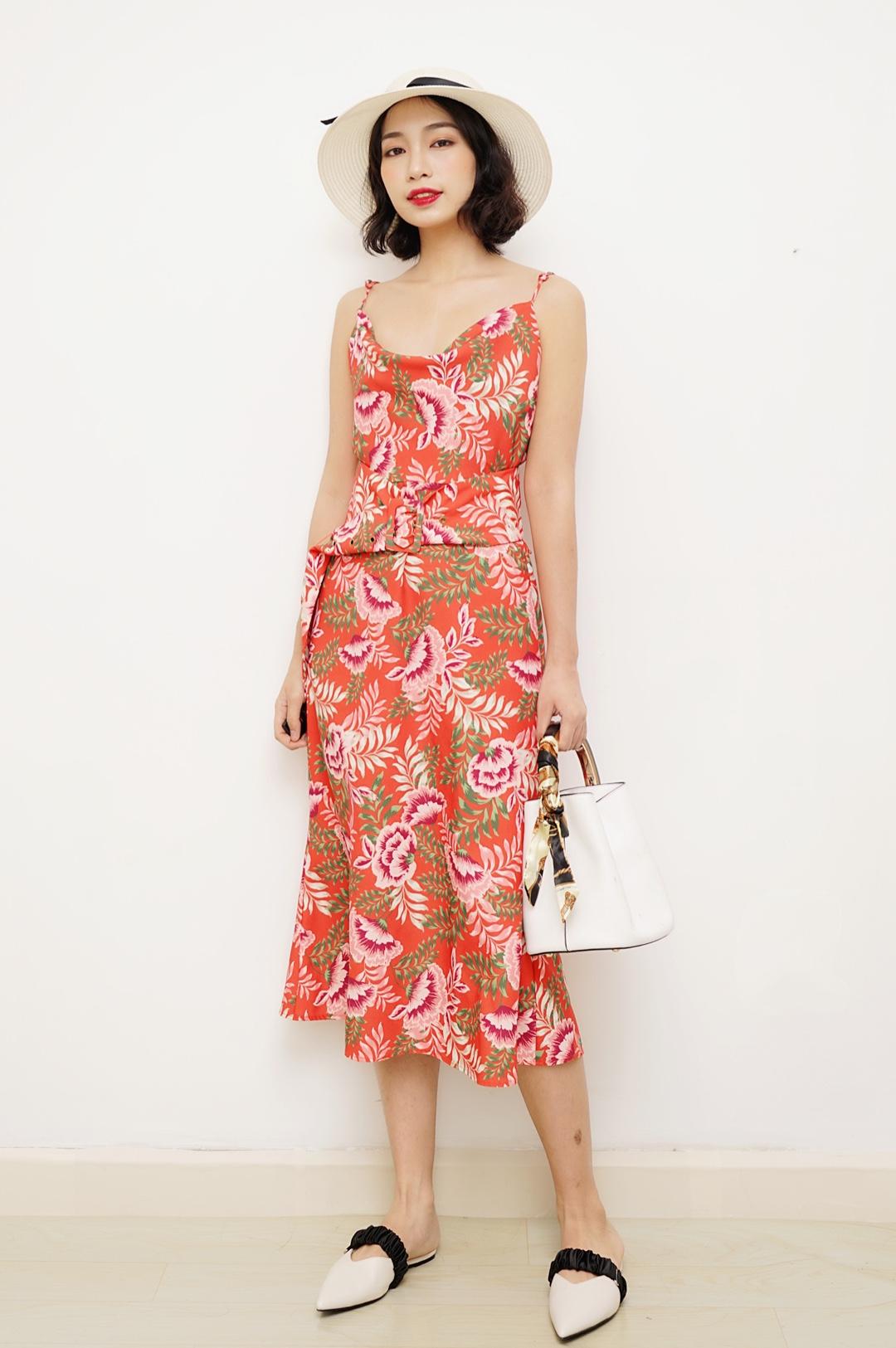 今天分享一款很适合度假穿的穿搭~ 红色的花色连衣裙真的好好看哦,极具度假风情的花纹,搭配抢眼的红色,女人味十足~ 胸前不规则的廓形很适合胸小的妹子,加上微微的v字露背,更加性感,夏天出游可以穿起来喔~