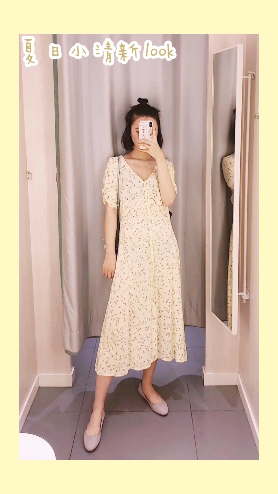 #emoji穿上身,我是小可爱本人#黄色的连衣裙可爱的不得了啦!长长的连衣裙特别的淑女,而且很甜~夏日就是多姿多彩的,碎花连衣裙特别的温柔,很显气质,裙子的v领设计,也是特别的有气质啦,收腰设计,很是显身材,裙子的长度也是非常ok的,遮住了腿部的肉肉,嘻嘻,穿上温柔的裙裙,享受甜甜的恋爱吧~