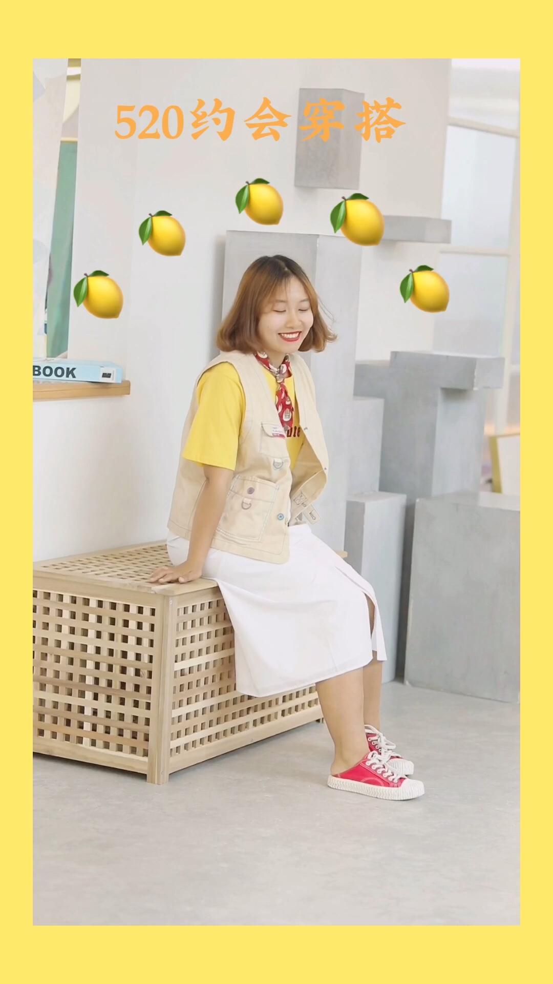 #520,甜甜的恋爱要来了!#  ❤️黄色T恤真的是百搭,也真的可爱! 小黑已经不知道穿了多少次了! 这一件T恤真的可以搭配出好多套衣服! ❤️马甲也是可爱,搭配T恤很日系! 而且马甲在现在这个季节穿特别好, 早晚冷的时候可以加上! ❤️白色半身裙也是很百搭, 最重要的是高腰,很显腰身! ❤️搭配的话小配饰真的是少不了, 小领结和鞋子颜色可以呼应哇!