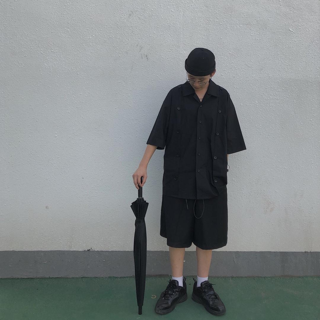 #Outing出游季look大全#  亮色系的衣服或许是夏季的首选,但是我还是比较喜欢全身黑色。黑色的话怎么样都不会有错,但是全身黑又要注意一点,不要黑的太单调,多穿一些剪裁设计的衣服,这件衬衫就有一些拼接解构设计,领子是古巴领,看起来不会仅仅是一个黑衬衫那么无趣,有别人可以在看多两眼的闪光点。  衬衫:attempt 裤子:cag 鞋子:nike  谢谢大家喜欢