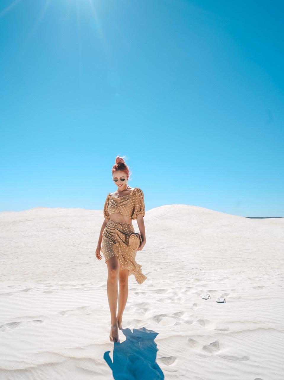 在沙漠旅行当然要穿仙仙的黄色裙子。整体和谐又有对比。 波点的图案再适合不过度假了。拿一个fv的草编包,立马大片感就出来了。对了要抓住风吹过裙子的感觉哦,特别是小麦色的妹子!#Outing出游季look大全#