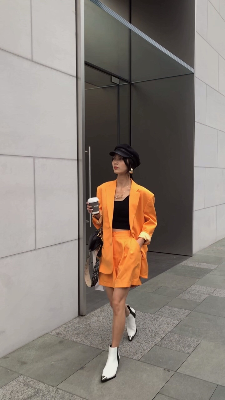 #夏日亮色系怎么穿才好看?# 成套的西装总给人一种干练职业的感觉, 但是这套打造出了随性帅气的中性风,提升出气质 鲜艳的橙色系也是今年爆火的颜色 穿上它就是这条街最亮眼的仔了。  买买买🥳🥳