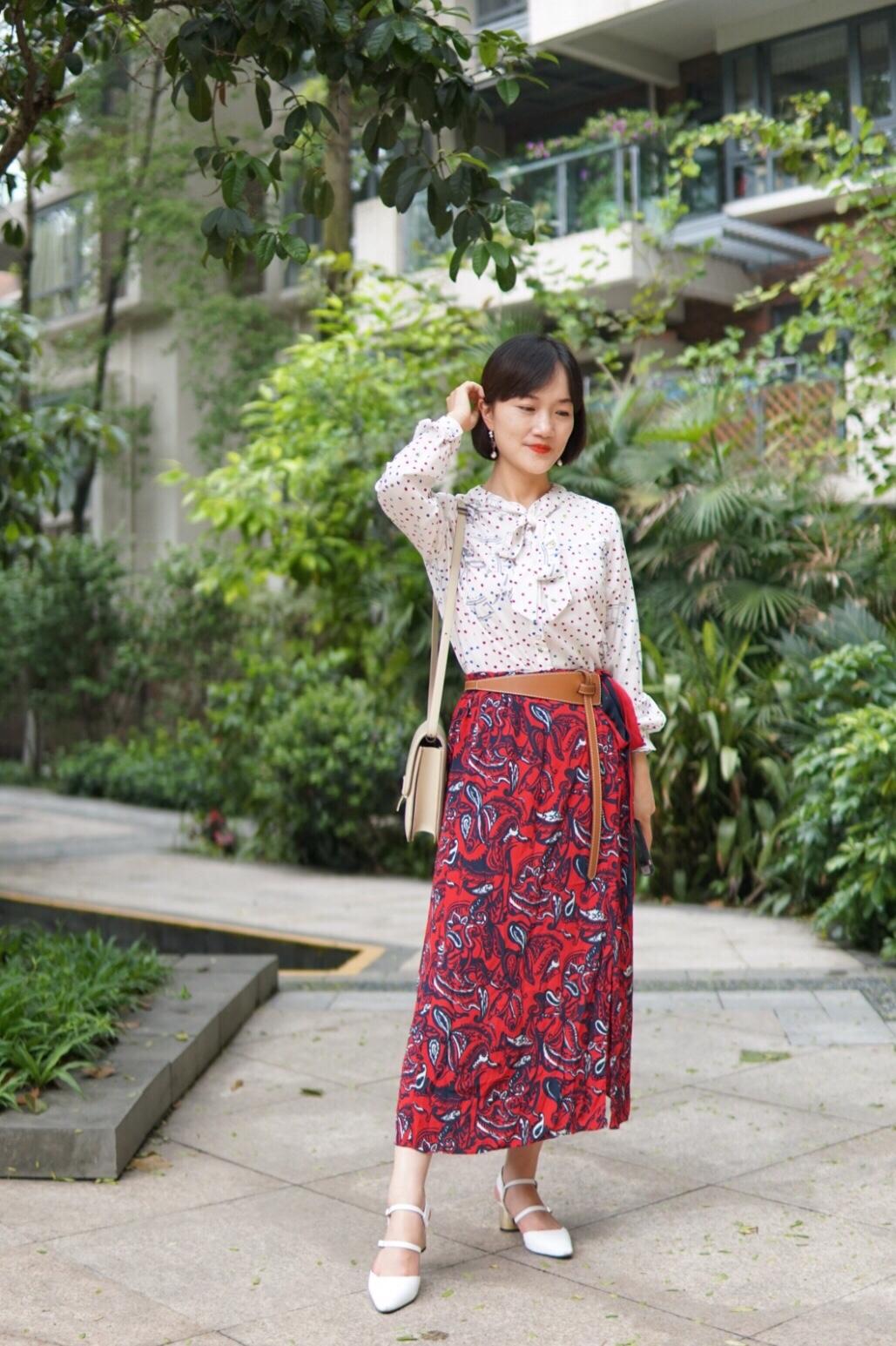 #夏日万能友好裙:迷笛裙# 这套是超级甜美的韩系女孩,花色裙特别漂亮,用腰带突出一下腰线,使得这个搭配变得特别。